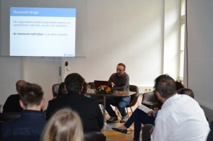 Vzpostavljanje informacijske infrastrukture z odprtimi standardi, storitvami in prosto programsko opremo (Andrej Vernekar, Društvo Lugos / Kiberpipa).